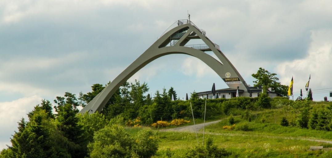 Die Ganzjahresschanze St. Georg in Winterberg ragt mit ihrer Höhe von 100 Metern weithin sichtbar gen Himmel. (#2)