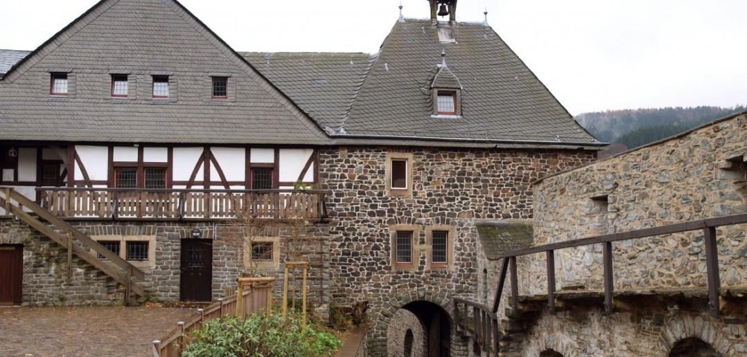Die 900 Jahre alte Burg Altena ist das kulturelle Zentrum des Sauerlandes. Das Foto zeigt den Innenhof mit dem Glockenturm. (#3 )