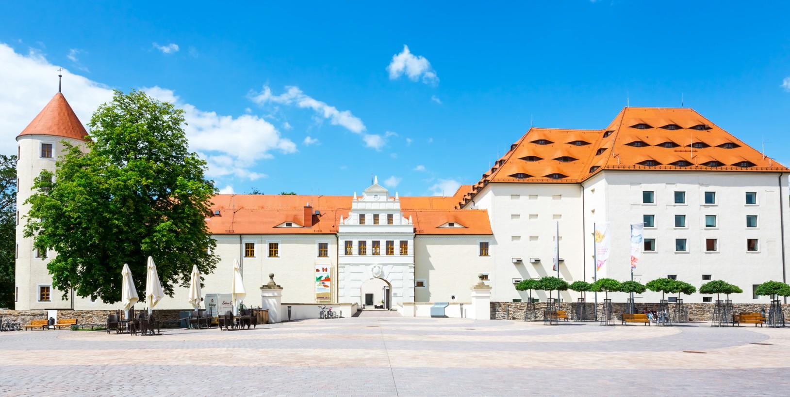 Es ist schon ein sehr bekanntes Ausflugsziel, das Schloss Freudenstein in Freiberg in Sachsen. Touristen kommen von weit her um das Schloss zu sehen. (#1)
