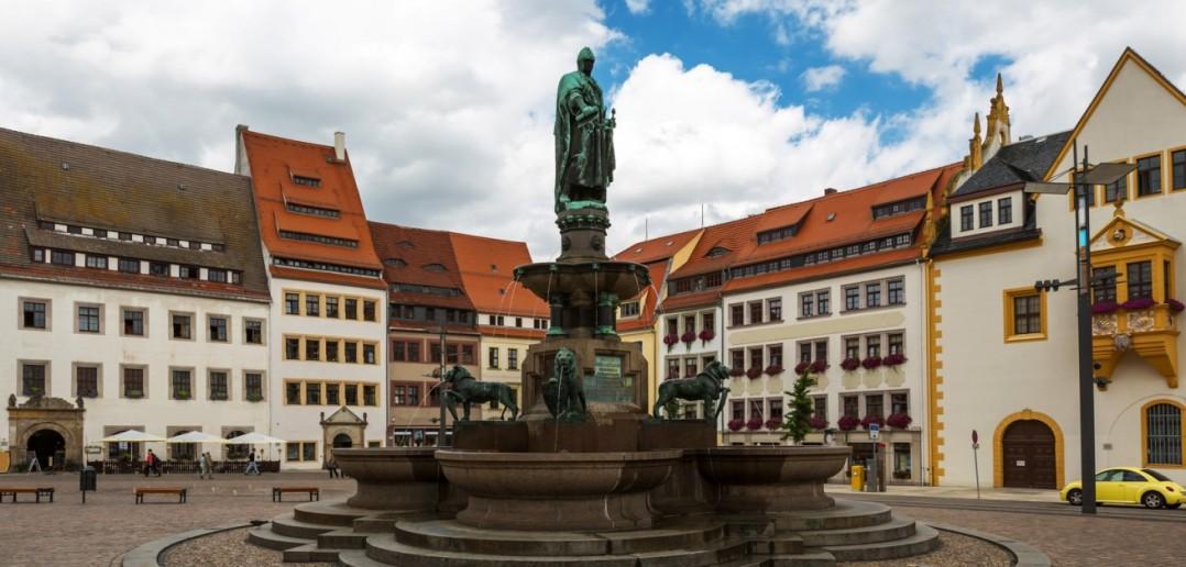 Der Marktbrunnen in Freiberg/Sachsen erinnert an Otto, den Reichen. Es erinnert aber auch an die zeitgenössischen Studenten... (#2)