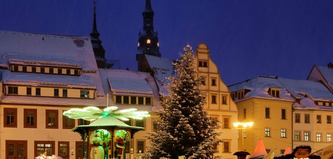 Das Erzgebirge hat dem Weihnachtsmarkt in Freiberg/Sachsen schon seinen Stempel aufgedrückt. Das hat ihm aber gut getan. Hell beleuchtete Bergmannshütten bieten Regionstypisches. Vom Engel bis zum Bergmann findet man hier wertvolle Holzschnitzereien. (#3)
