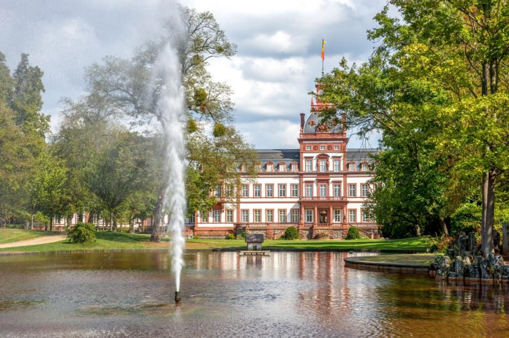 Schloss Philippsruhe ist nicht ganz so bekannt wie etwa die Moritzburg. Dies ist dem Charme des historischen Gebäudes jedoch nicht abträglich. Schloss Philippsburg wurde damals von 1700 bis 1725 erbaut - ursprünglich für den Hanauer Grafen Philipp Reinhard. Schloss Philippsburg liegt bei Kesselstadt im Westen der Stadt Hanau. (#2)