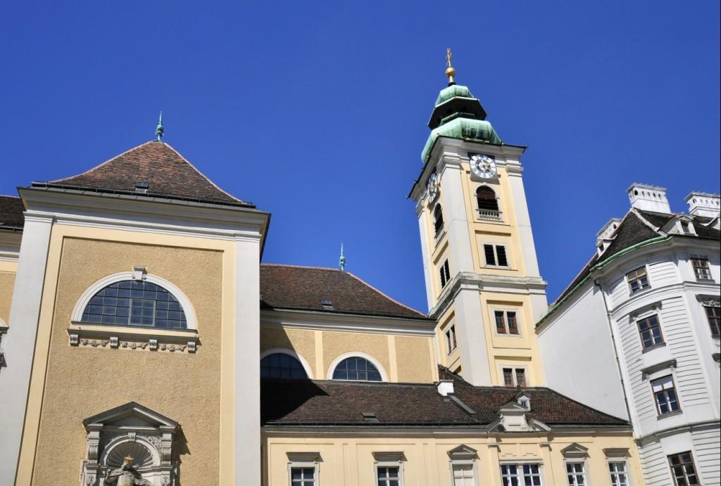 Unweit des Aufgangs- und Endpunkts der Stadtrundfahrt am Schottentor liegt die Schottenkirche. Das Areal am Schottentor ist seit den 60er-Jahren bekannt, liegt hier doch das sogenannte Jonas-Reindl, eine unterirdische Wendeschleife oder Kehre der Tram, wie hier die Straßenbahn heißt. Viel Geschichte und geschichtsträchtiges findet sich hier. Das Schottentor - ehemals Bestandteil der Wiener Stadtmauer nahe der Schottenbastei wurde übrigens im Jahr 1860 abgebrochen. (#3)