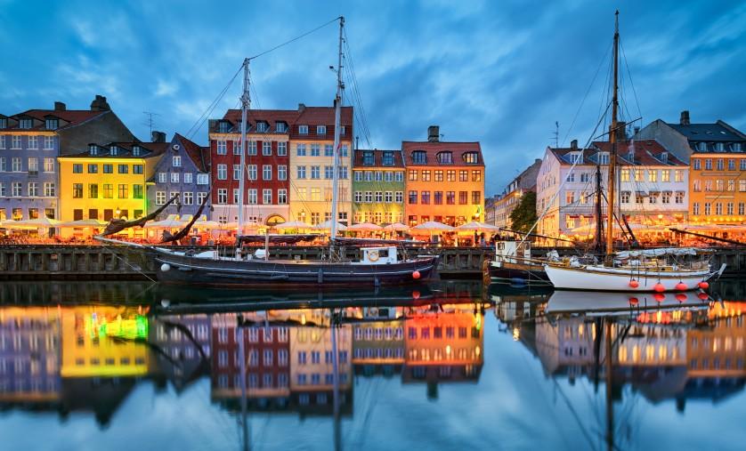Häfen sind seit jeher der Tummelplatz für Romantiker und Fernweh-Spezialisten. Die Stimmung im Hafen, die ein- und ausfahrenden Schiffe, aber auch die Menschen und wie hier die Häuser im Hafenviertel schlagen uns Binnendeutsche immer wieder in ihren Bann. (#3)