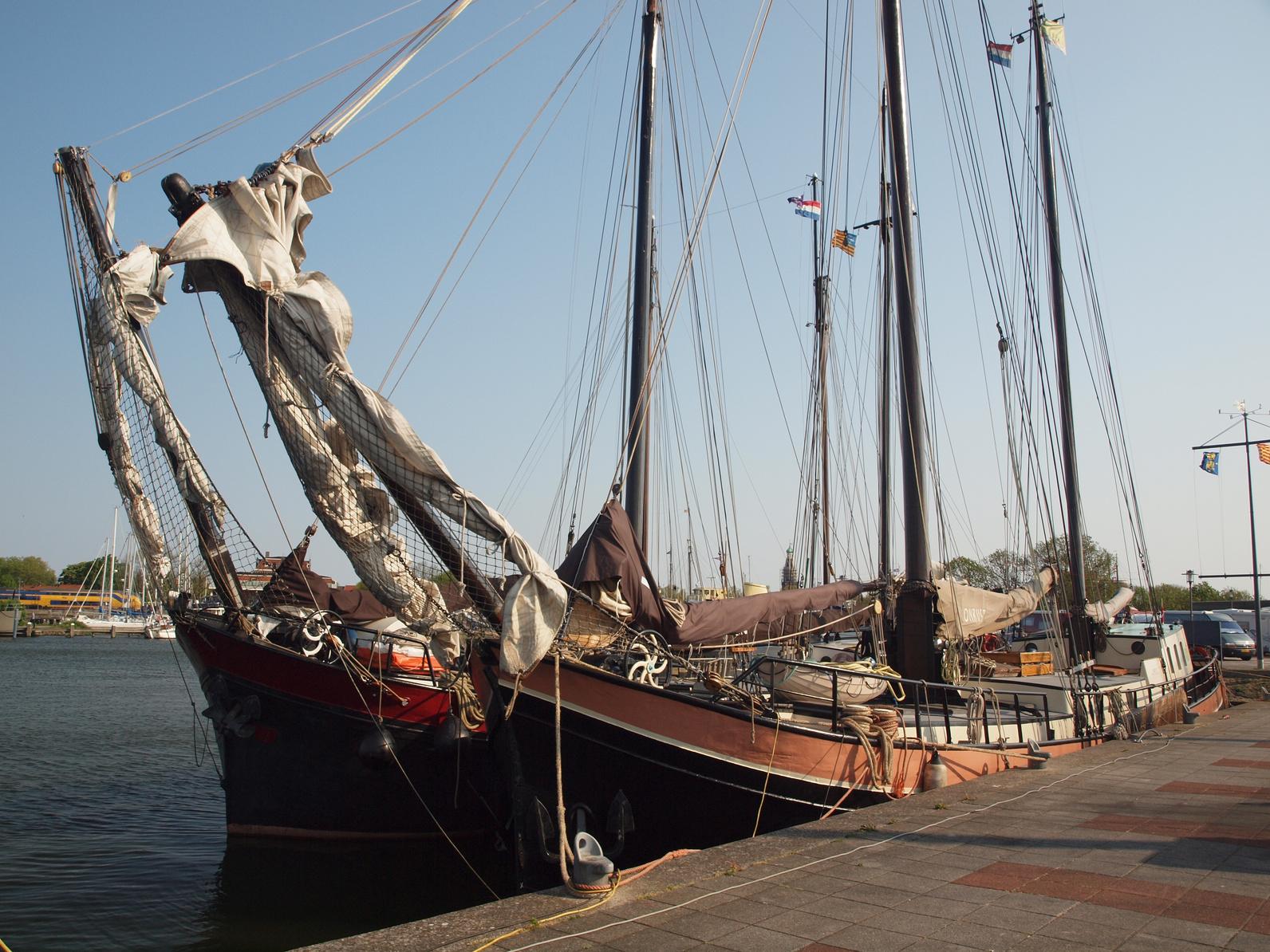Traditionssegler an der Kaimauer - segeln fördert das Zusammengehörigkeitsgefühl der Mitarbeiter. (#02)
