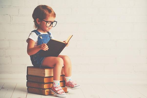 Sicher schaut sich die Kleine ein Buch mit lauter Flugzeugen an.