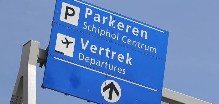 Wegweiser, der uns zeigt wo wir am Flughafen parken können. Nur zu welchem Preis?