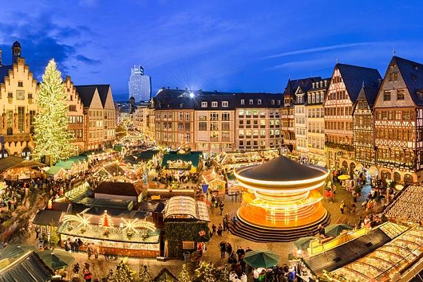 Weihnachtsmarkt in Frankfurt, auf dem Römerplatz eine traumhafte Kulisse