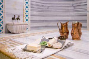 Türkische Bäder dienen der Reinigung und der Entspannung. Der Tellak ist dabei gerne behilflich. (#1)