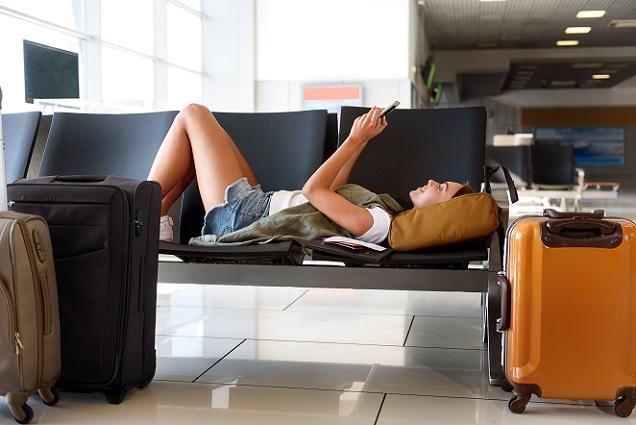 Was viele Reisende nicht wissen: verspätet sich der Flug mehr als fünf Stunden, so hat der Reisende bei Nichtantritt des Fluges einen Anspruch auf die volle Erstattung des Flugpreises. (#02)