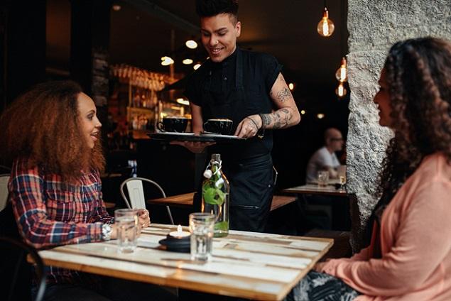 Für bestellte Getränke müssen Gäste dem Kellner eine Zubereitungszeit von 20 Minuten einräumen. (#02)