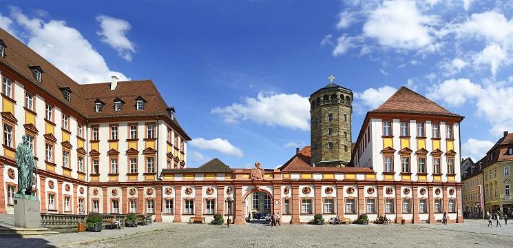 Bayreuth befindet sich in Bayern, genauer gesagt in Oberfranken. Fans klassischer Musik kennen den Ort bestens – Richard Wagner hat Bayreuth bekannt gemacht. (#01)