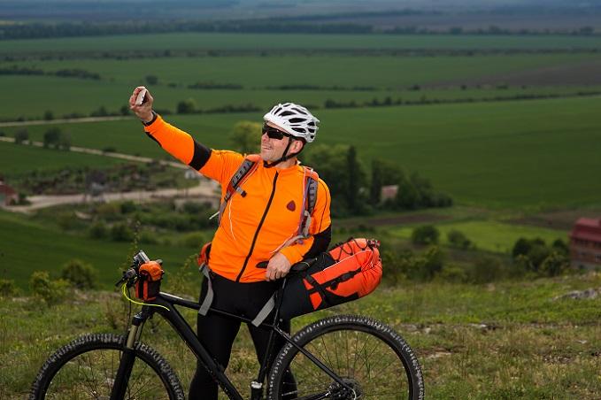 Es ist keine Pflicht und hat auch nichts mit Mode zu tun, dennoch tragen viele Radfahrer gerne spezielle Radwanderkleidung. (#05)