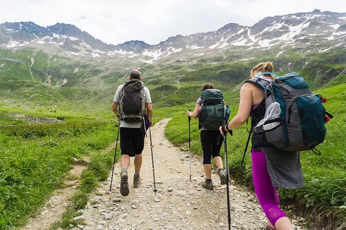 Wer sich gut vorbereitet und das richtige Schuhwerk trägt, der sollte bei den einfachen Wanderwegen keine Probleme haben, das Ziel zu erreichen. Eine Rast hilft den Wanderern dabei, wieder zu Kräften zu kommen. (#01)