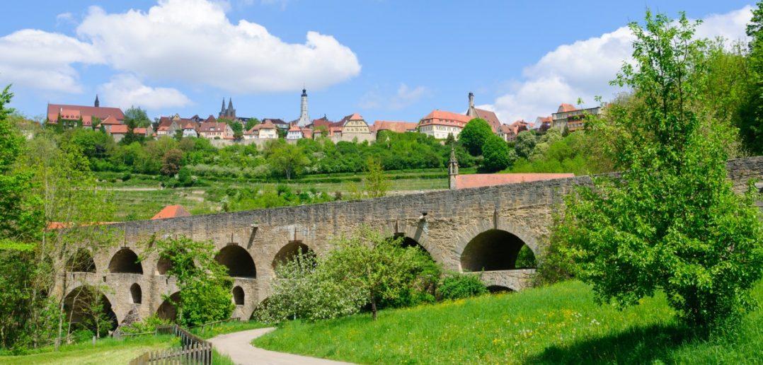 Rothenburg ob der Tauber: Bilder der Doppelbrücke zeigen stets auch die mittelalterliche Skyline der Stadt. (#8)