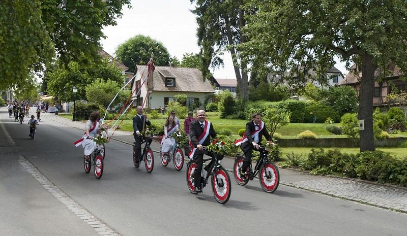 Die erste Etappe beginnt in Konstanz und führt auf die Insel Reichenau, die zum Weltkulturerbe der UNESCO zählt. Die Radtour führt über die Pappelallee ins Zentrum der Insel, wo sich verschiedene Kirchen befinden. Obst- und Gemüsefelder liegen links und rechts des Weges, der Vulkankegel des Hegaus sorgt für eine tolle und unvergessliche Aussicht. (#03)