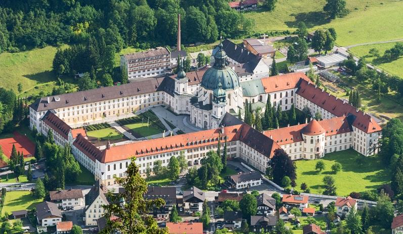 Wie kurz beschrieben, ist das Kloster Ettal als Ausgangspunkt auf jeden Fall eine optimale Wahl. Der große Deckenfresko im Kloster allein lohnt schon den Besuch. Aber auch sonst ist ein Spaziergang über das Gelände und durch die Gebäude beeindruckend. (#01)