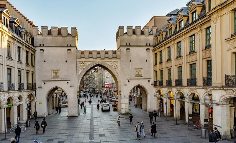 """Der Karlsplatz, im Volksmund """"Stachus"""" genannt, ist so etwas wie das Entree zur Altstadt – und gleichzeitig Verkehrsknotenpunkt und Treffpunkt für alle Münchner. Hier kann man in den Stachus-Passagen shoppen oder sich zum Bummeln durch die Altstadt mit Freunden treffen. (#01)"""