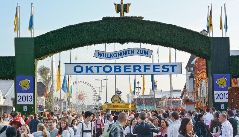 """Mehr ein Event als eine eigentliche Sehenswürdigkeit, ist das Oktoberfest (auch """"Wiesn"""" genannt) dennoch wohl das, was die meisten Menschen als erstes mit der bayerischen Landeshauptstadt verbinden – und gehört damit definitiv unter die Top 10 der Münchner Sehenswürdigkeiten. (#03)"""