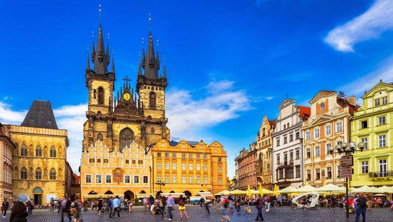 Mit 1,3 Millionen Einwohner ist Prag eine große multikulturelle Hauptstadt. Gesichter aus aller Welt können hier angetroffen werden. Dementsprechend voll ist die Innenstadt, um nicht überlaufen zu sagen. Dennoch ist ein Spaziergang durch die Altstadt von Prag einfach nur zauberhaft. (#03)