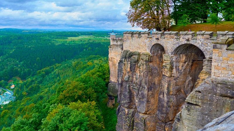 Sobald die Stadt Dresden wieder verlassen wird, umgibt einen sofort wieder das Elbsandsteingebirge. Um die wunderschöne malerische Landschaft in vollen Zügen genießen zu können, sollte ein kleiner Umweg in Richtung des Nationalparks der sächsischen Schweiz in Kauf genommen werden. (#02)