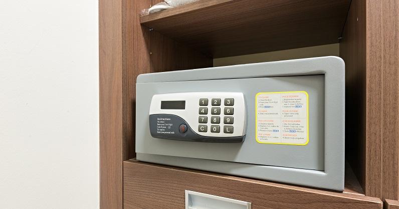 So sind eigentlich alle Hotelzimmer mit einem Safe ausgestattet. Bis zu einem bestimmten Wert sind Bargeld und Wertgegenstände, die daraus entwendet werden, quasi versichert. Bares bis 800 € und Gegenstände bis zu einem Wert von 3500€ muss der Hotelbetreiber im Fall eines Diebstahls nämlich selbst erstatten.(#02)