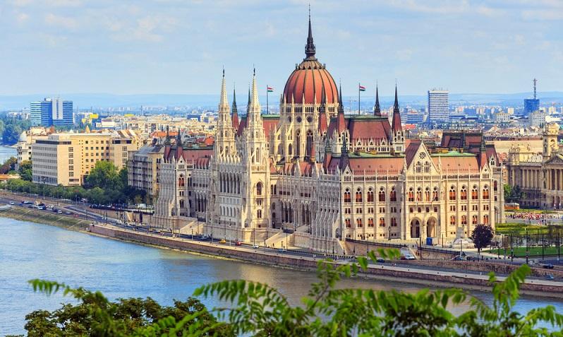 """Der Vorteil vieler Städte im Osten: Sie sind von Deutschland oft nicht allzu weit entfernt und vereinen eine reichhaltige Geschichte mit großartigen Prachtbauten aus den verschiedensten Jahrhunderten. So z.B. das polnische Breslau, die ungarische Hauptstadt Budapest oder auch Tschechiens """"goldene Stadt"""", Prag. (#06)"""