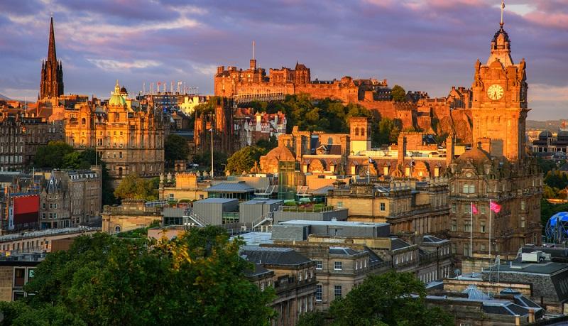 Nicht nur in der Nähe sondern mitten im Vereinigten Königreich liegt ein Land, das sich für einen mehrtägigen Städtetrip immer empfiehlt: Schottland. Vor allem zwei Städte sind zu empfehlen, nämlich Glasgow und Edinburgh. (#04)