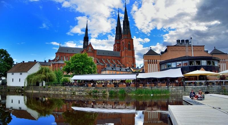 Die schwedische Stadt Uppsala. Highlights: eine der der ältesten Uni Europas, der große gotische Dom und die Innenstadt mit ihrer Vielzahl an bunten Bars, Cafés und urigen Kneipen.