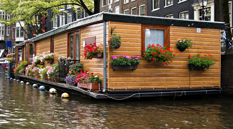 Es ist kein Boot – und doch schwimmt es. Immer beliebter wird die Anmietung von Ferienhäusern auf dem Wasser. (#03)