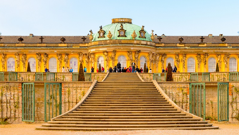 Wer Potsdam und Sanssouci als Tourist besucht, hat bei der Ankunft am Schloss gleich die Qual der Wahl: Zuerst in das Schloss selbst und sich spannende Information zum Bau und dem Leben Friedrichs des Großen anhören oder lieber die weitläufige Parkanlage mit den Weinbergterrassen erkunden? (#01)