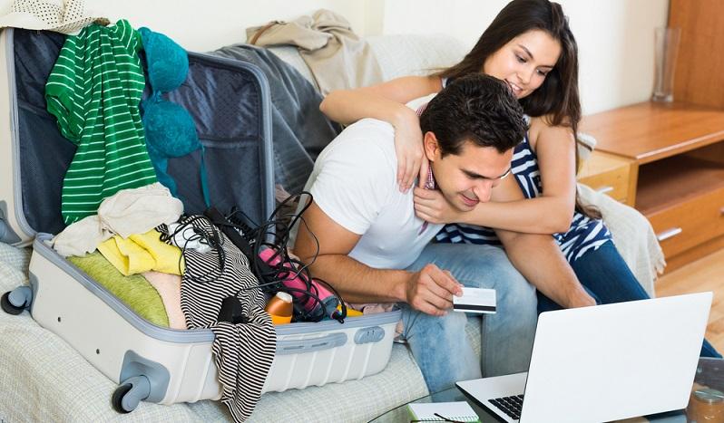 Beim genauen Hinsehen zeigt sich, dass viele Familien das Urlaubsgeld nicht so locker aus der dafür bereitgestellten Kasse bezahlen können. Wenn man nach der Buchung ein dickes Minus auf dem Konto hat, fällt das jedoch nicht so sehr auf wie ein Ratenkredit. (#01)