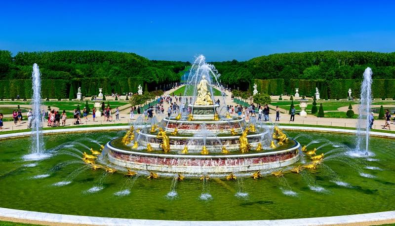 Das Besondere am Park des Schlosses ist, dass dort über 300 000 Blumen liebevoll in drei Gartenabschnitten arrangiert sind. Es gibt zudem ornamentförmige Beete, sorgsam gepflegte Wege, zahlreiche Statuen, riesige Vasen sowie Brunnen mit Wasserspielen inklusive Musik. Ein Fest für die Sinne. (#03)