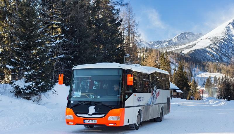 """Veranstalter von Busreisen kennen aber noch eine weitere Zielgruppe, die sogar in schöner Regelmäßigkeit """"auf der Matte"""" steht: Die Skiläufer. Einige Winterurlauber haben ihre festen Reiseveranstalter, mit denen sie schon immer gefahren sind. (#05)"""