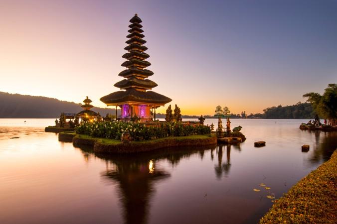 """Auch Indonesien, speziell Bali ist für Oktober ein optimales Reiseziel. Besuchen Sie den berühmtesten Wassertempel Balis, den """"Pura Ulun Danu Bratan"""" und lassen Sie Ihre Selle baumeln! (#5)"""