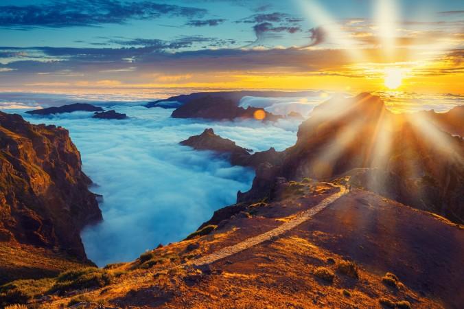 Sie haben sich Portugal als Reiseziel für Oktober ausgesucht, aber welche Ecke genau, steht noch nicht fest? Wir empfehlen Ihnen Madeira. Hier können Sie im Herbst atemberaubende Sonnenuntergänge zwischen den Berggipfeln erleben. Wenn das keine Reise wert ist! (#3)
