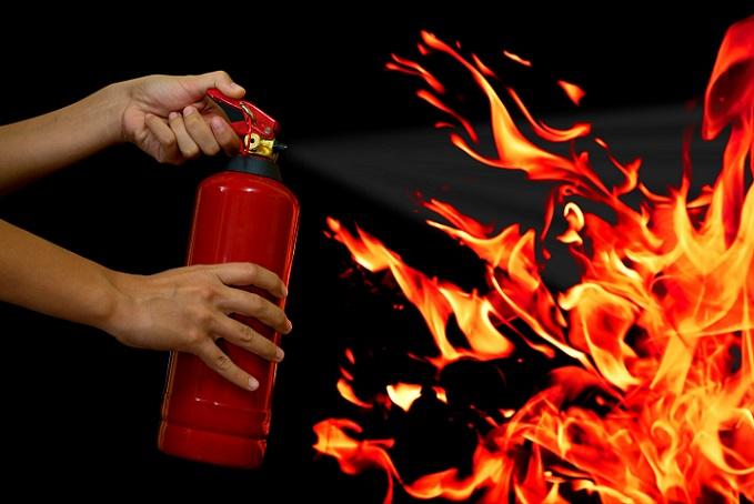 Feuerlöschgeräte lassen sich intuitiv benutzen und sind beim Brandschutz ein effektives Mittel. (#02)