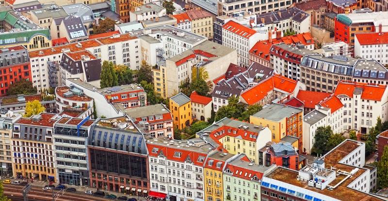 Rund 12.000 Wohnungen werden in Berlin von den Einwohnern als Ferienwohnung angeboten. Das Gute daran: Sie sind teilweise sehr günstig, voll möbliert und liegen infrastrukturell gut angebunden. (#03)