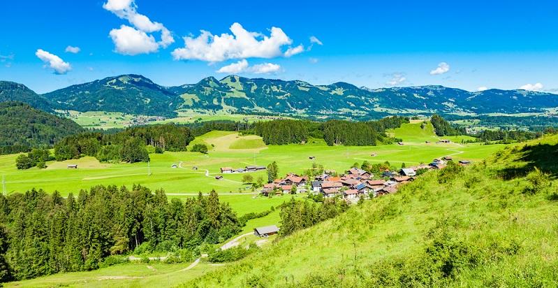 Während sich im Vorland der Allgäuer Alpen einige Städte befinden, ist das Zentrum der Region durch kleine Dörfer geprägt. (#06)