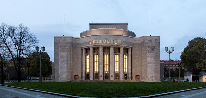 Schwarz auf Weiß: Faust gibt sich auf der Volksbühne am Rosa-Luxemburg-Platz in Berlin die Ehre