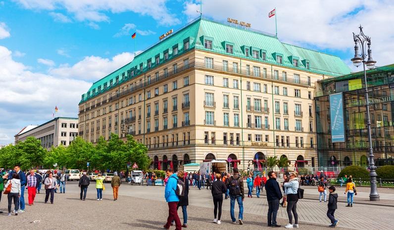 Wer beispielsweise nach Berlin reist, kann im Hotel Adlon einen herausragenden Luxus genießen. (#05)