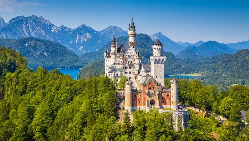 In Süddeutschland gibt es neben den Naturschönheiten, interessante Städte und weltberühmte Sehenswürdigkeiten wie die Märchenschlösser König Ludwig des II. oder die Blumeninsel Mainau im Bodensee.
