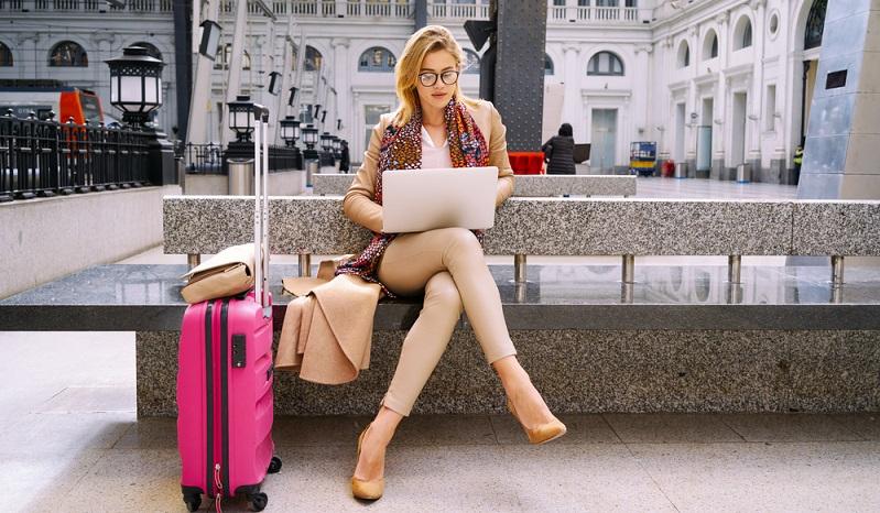 Sie lieben keine bunten Koffer? Dann gehören Sie zu der breiten Masse an Reisenden, die auf dunkles Gepäck setzen. Wer nun aber am Gepäckband steht und sich einer Flut von dunklen Koffern gegenübersieht, kann schon einmal verzweifeln. (#01)