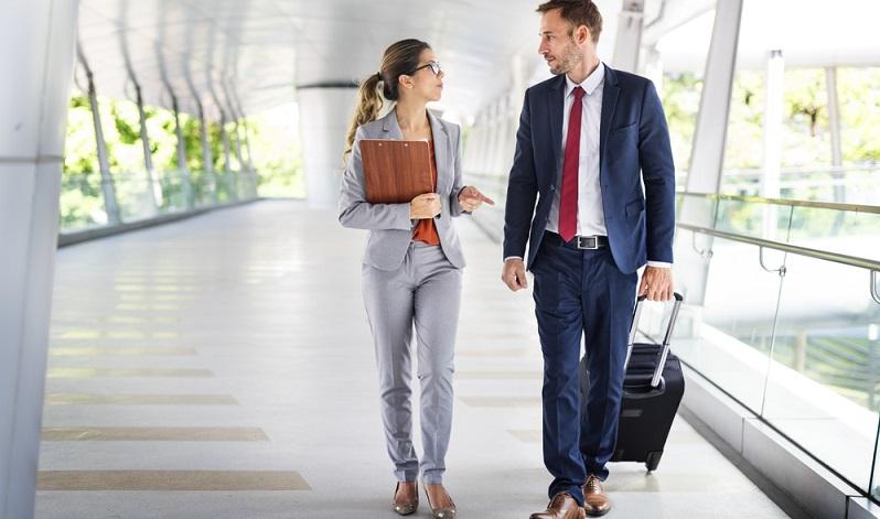 Wenn Sie länger reisen, laufen Sie Gefahr, rasch völlig verknittert auszusehen. Setzen Sie daher auf ein Outfit, das möglichst knitterfrei ist. (#03