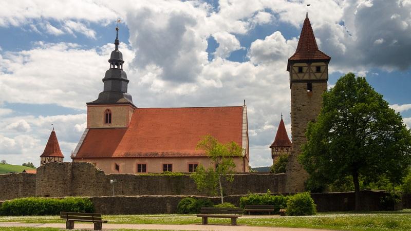 """Ostheim Rhön, genauer gesagt Ostheim vor der Rhön, ist eine idyllische Kleinstadt in Unterfranken, die als """"Perle der Streu"""" bekannt ist und Touristen mit lieblicher Landschaft sowie zahlreichen Sehenswürdigkeiten begeistert. (#01)"""