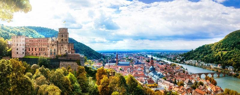Das Besondere an Heidelberg ist jedoch die historische Innenstadt: Da der Ort von den Angriffen im Zweiten Weltkrieg (weitestgehend) verschont blieb, können Sie in der Altstadt durch Gassen schlendern, die so bereits im 17. Jahrhundert existierten. (#03)