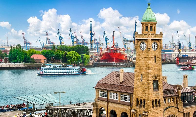 Die Perle des Nordens ist bekannt für den Fußballverein St. Pauli und die Reeperbahn. Das Hafengelände können Sie per Schiffrundfahrt entdecken und auch die fertiggestellte Elbphilharmonie besichtigen. (#02)