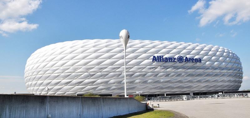 Die Allianz Arena in der Werner Heisenberg Allee 25 in 80939 München wurde als Nachfolger des Olympiastadions errichtet und ist die Spielheimat des FC Bayern München. Über 66.000 Menschen können dort auf drei Rängen Platz nehmen, dazu kommen noch einmal 106 Logen und 1.440 Plätze.