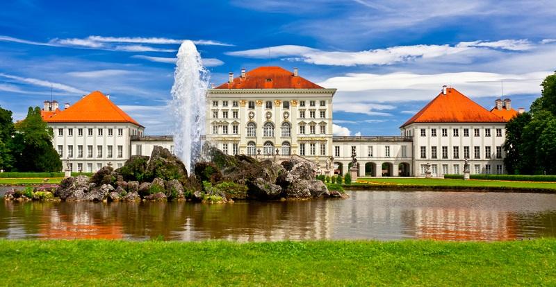 Das Nymphenburger Schloss in 80638 München präsentiert sich mit seinem opulenten Schloss im Stile des Barock sowie mit den beeindruckenden Parkanlagen.