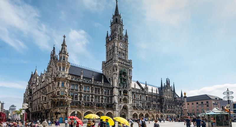 Sie wollen München entdecken? Dann gilt es, sich zuerst auf dem Papier mit der Stadt vertraut zu machen und sich eventuell einen Stadtführer zu besorgen.